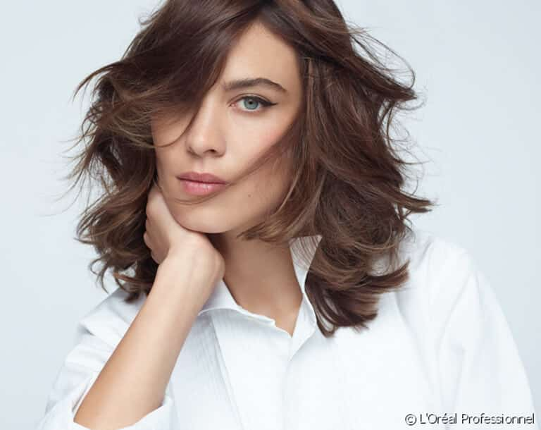 Startseite Frau mit gelockten Haaren
